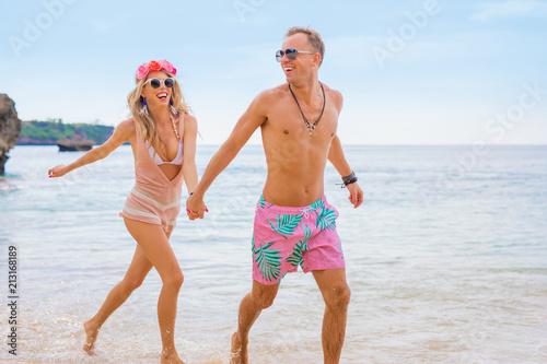 Foto Murales Happy couple running in water