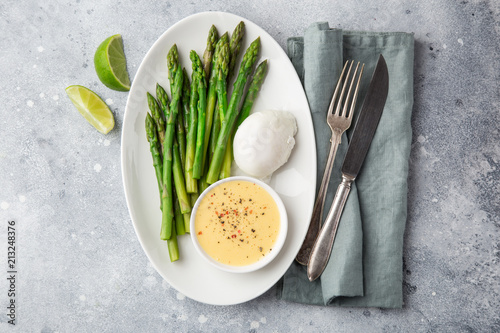 asparagus, poached egg and hollandaise sause - 213248376