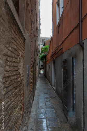 Aluminium Smalle straatjes Narrow street in Venice Italy