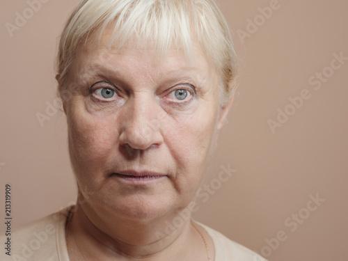 Zakończenie portret zdziwiona w średnim wieku kobieta.