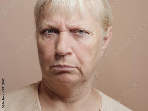 W średnim wieku kobieta portret na lekkim tle.
