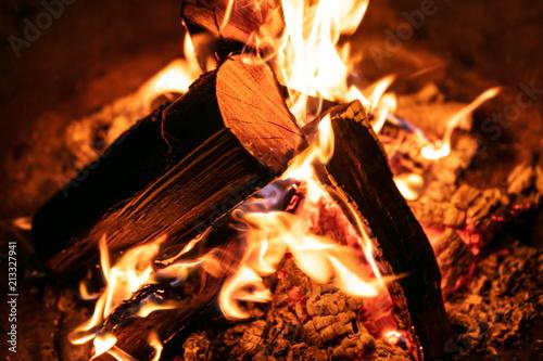 Nahaufnahme Feuer, Flammen und Glut durch brennendes Holz