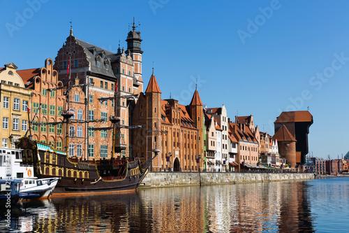 Foto Murales Motlawa river embankment in historical part of Gdansk at sunny day