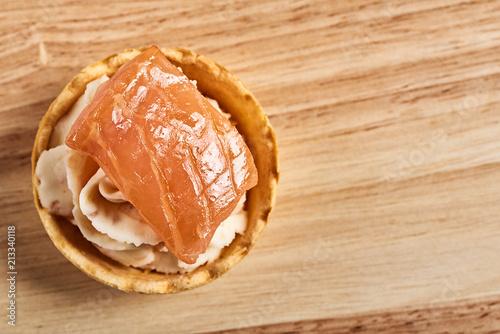 tartlets z mascarpone i czerwona ryba na drewnianym stole. copyspace.