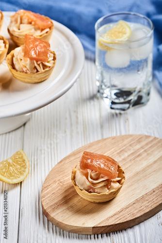 tartlets z mascarpone i czerwona ryba na drewnianym stole