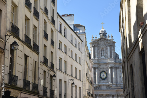 Rue du Marais avec l'église Saint-Paul-Saint-Louis à Paris, France