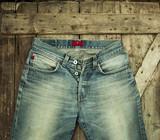 Старые джинсы на деревянном фоне - 213344560