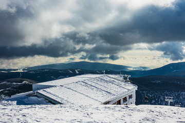 Gebäude auf der Schneekoppe im Riesengebirge in Tschechien