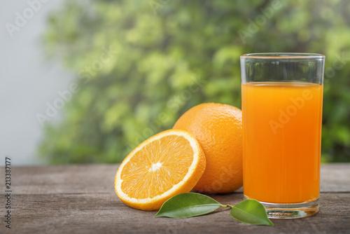 Pomarańczowy i pomarańczowy sok w szkle.