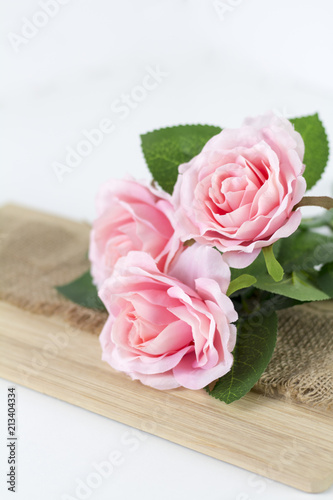 różowe róże na białym tle