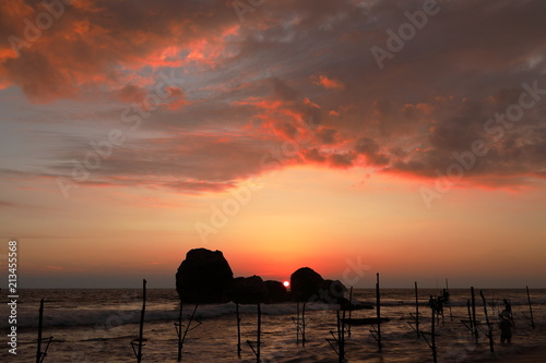 Die Stelzenfischer im Sonnenuntergang bei Koggala in Sri Lanka