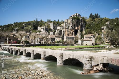 Aluminium Bruggen Brücke vor französischem Ort