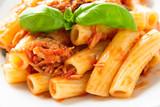 Piatto di pasta con ragu di pesce e pomodoro - 213459325