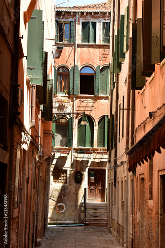 Old streets in Venice. - 213461918