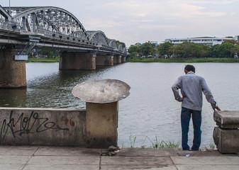 El río, el hombre, y el puente - Hue