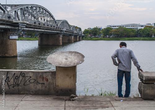 Sticker El río, el hombre, y el puente - Hue