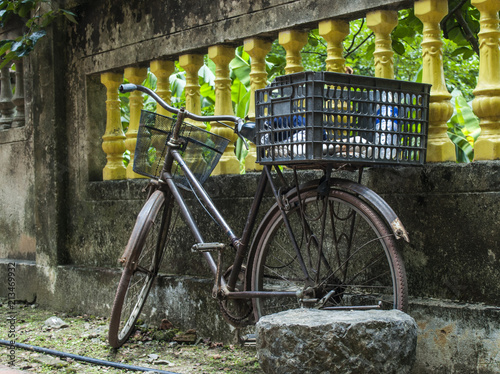 Aluminium Fiets Bicycle and a wall