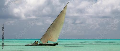 In de dag Zanzibar Indian ocean, Zanzibar - typical dhow I