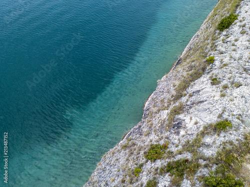 Foto Murales Vista aerea di scogli sul mare. Panoramica del fondo marino visto dall'alto, acqua trasparente