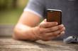 Junger man mit einem Handy in der Hand