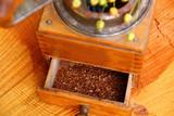leinsamen schroten mit einer kaffeemühle - 213505166