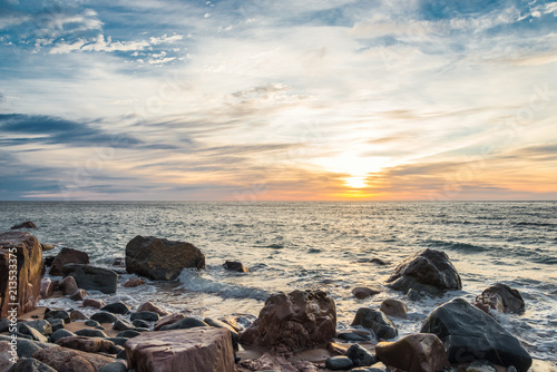 Foto Spatwand Zonsopgang Ocean shore at sunrise