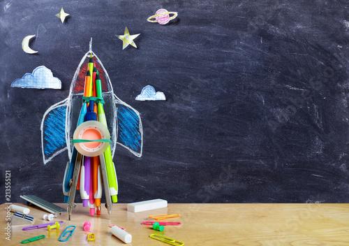 Rozpoczęcie - rysowanie rakiet z przyborów szkolnych na stole