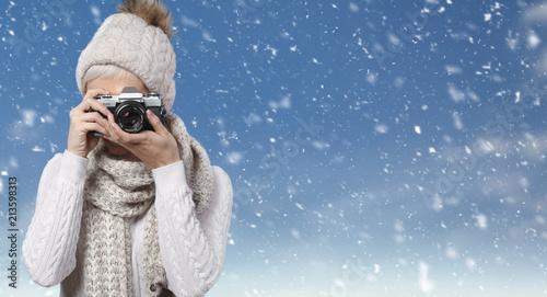 Frau macht Fotos vor winterlichem Hintergrund