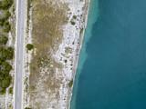 Vista aerea di una strada a strapiombo sul mare, strada che costeggia il mare. Tratto di costa. - 213603558