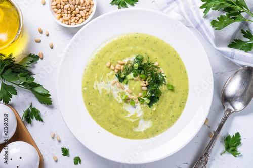 Zupa krem z cukini na białym tle.