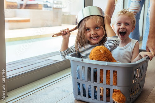 Foto Murales Kids rides in a laundry basket