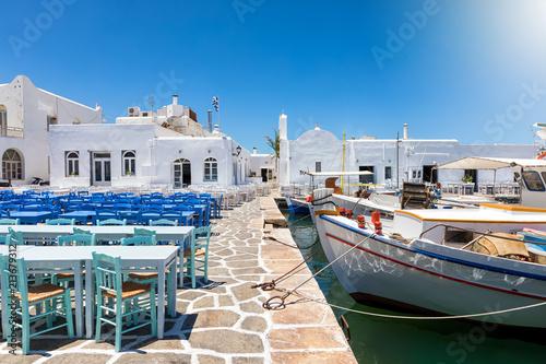 Leinwanddruck Bild Der Fischerhafen von Naousa, Paros, mit den unzähligen Bars und Restaurants neben den Fischerbooten, Kykladen, Griechenland