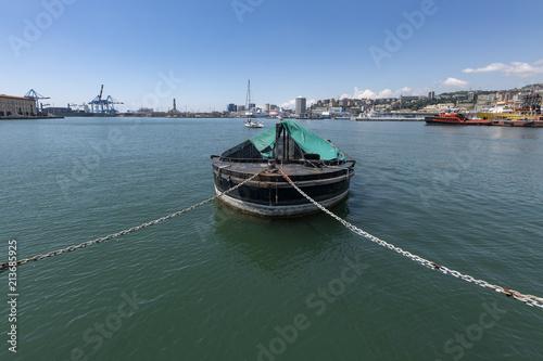 In de dag Liguria Porto di Genova - panorama con barcone in primo piano