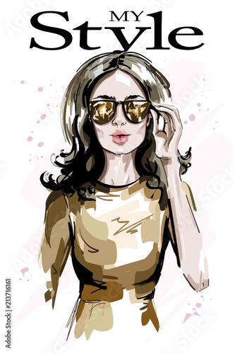 Fototapeta Hand drawn beautiful woman in sungasses. Fashion woman portrait. Stylish lady. Sketch. Vector illustration.
