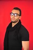 Arabische Junger mann optimistisch mit brille - 213718301