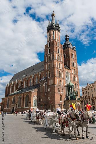 Fototapeta Krakau – Pferdekutschen vor der Marienkirche