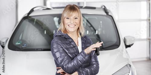 Kundin in der Autowerkstatt
