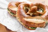 Deutsche Schnittlauchbrezel mit Butter auf Bäckertüte - 213815964