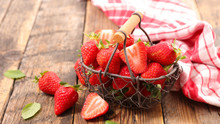 "Постер, картина, фотообои ""strawberry on wood background"""