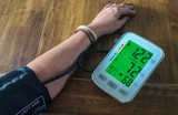 Frau misst Blutdruck