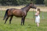 Junge Reiterin mit Pferd - 213826127