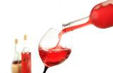 Wino czerwone nalewanie do kieliszka, lampka do wino.