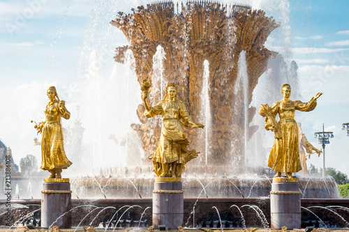 Foto Spatwand Moskou Moscow, Russia July 17, 2018 VDNH Park fountain of friendship of peoples after restoration