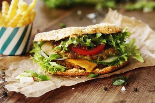 Foto Murales Eiweißreicher vegetarischer Burger aus Erbsen und Linsen im Dinkelvollkorn Brötchen