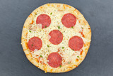 Pizza Salami von oben Schieferplatte - 213993128