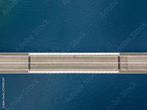 Vista aerea del ponte dell'isola di Pag, Croazia, strada. Scogliera a picco sul mare. Ponte visto dall'alto - 214085387