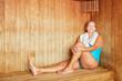 Quadro Frau genießt die Wärme in der Sauna