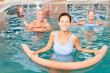 Leinwanddruck Bild - Senioren Gruppe macht Wassergymnastik