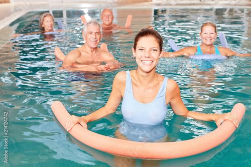 Leinwanddruck Bild Senioren Gruppe macht Wassergymnastik