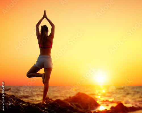 Plakat Yoga At Sunset - Girl In Vrikshasana Pose